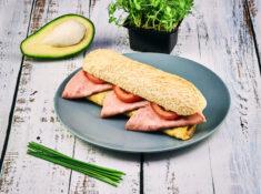Sandwich cald cu ou și șuncă