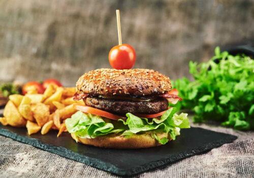 Cheeseburger cu bacon, ceapă caramelizată