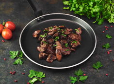 Ficăței de pui în sos de soia cu ceapă și piure din cartofi proaspeți