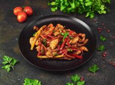 Piept de curcan cu legume și sweet chilli