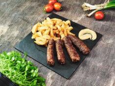 Mici la grătar cu cartofi prăjiți și muștar